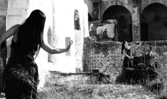 Além Duas Mulheres a Dançar